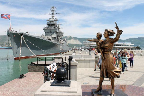 Памятник женщине с ребёнком, смотрящей в море