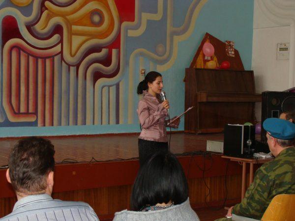 Девушка читает аудитории слушателей