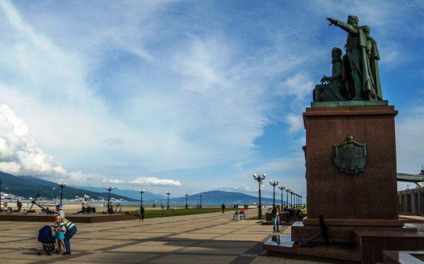 Форумная площадь с памятником Н.Н Раевскому, М.П. Лазареву и Л.М. Серебрякову