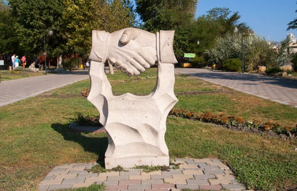 Скульптура Рукопожатие