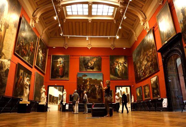 Посетители рассматривают картины в музее