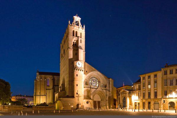 Здание тулузского Кафедрального собора при вечернем освещении