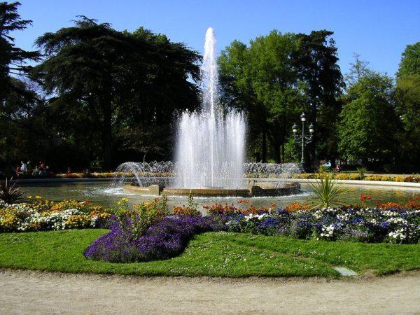 Фонтан, окруженный клумбами и газонами в Ботаническом саду