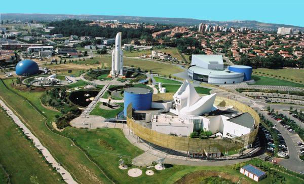 Макеты космических кораблей, ракет и павильоны с экспозицями в тематическом парке Тулузы