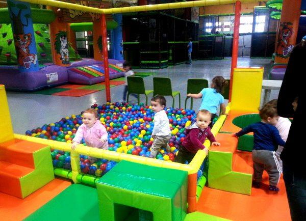 Дети играют на территории детского городка