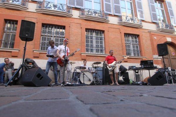 Музыканты играют на улице