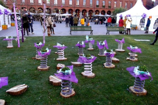 Цветочные горшки с фиалками на конкурсе