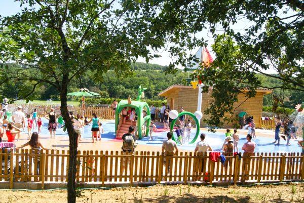 Дети развлекаются в Аква-зоне парка