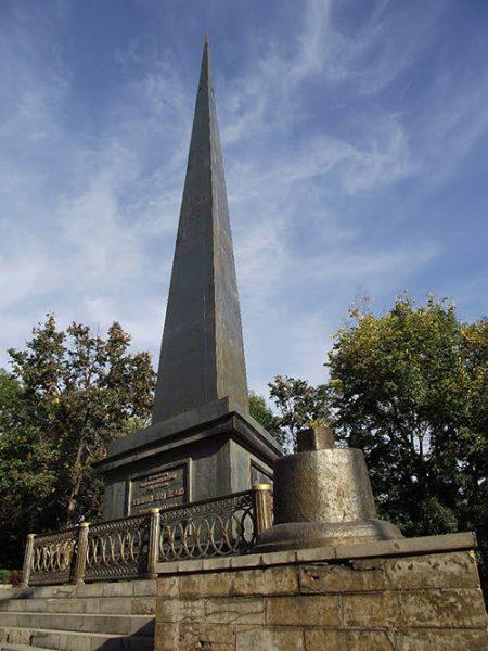 Памятный обелиск императору Петру I