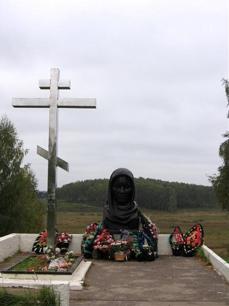 Памятник у некрополя блокадников Ленинграда