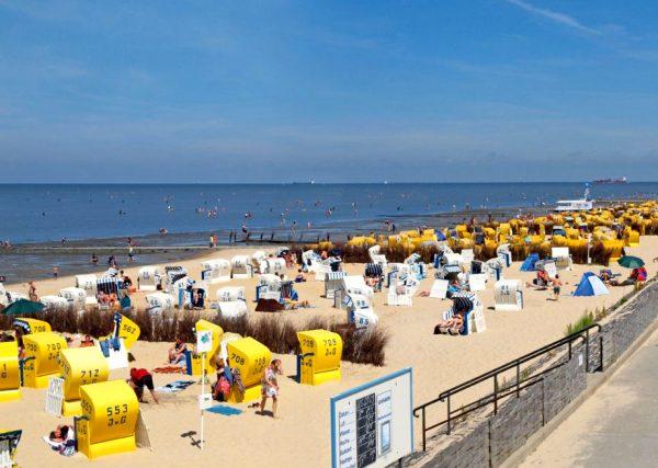 Пластиковые беседки и отдыхающие на пляже Куксхафена