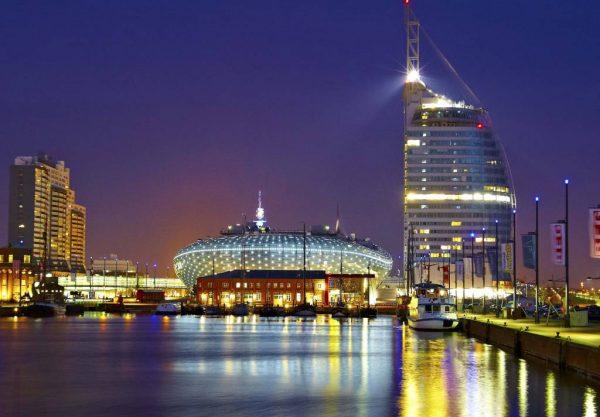 Ярко освещённые здания на набережной Бремерхафена