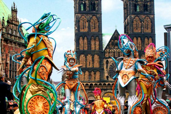 Женщины в костюмах на карнавале в Бремене