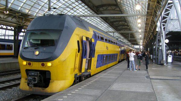 Поезд и пассажиры на перроне вокзала