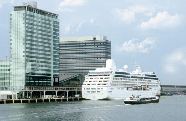 Круизный лайнер в порту Амстердама