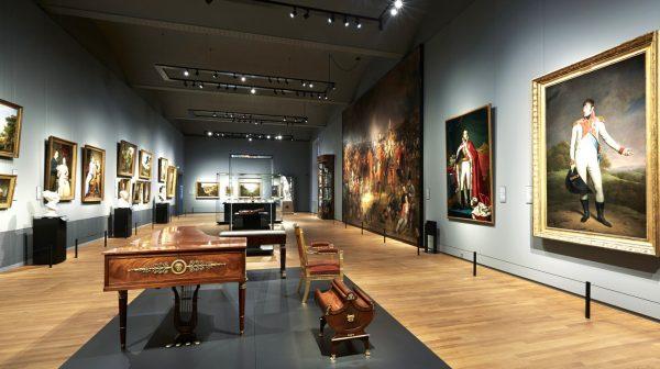 Экспонаты и картины в зале музея