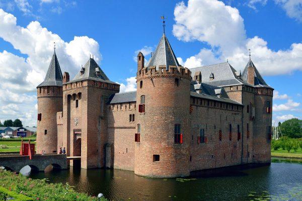 Здание средневекового замка, окруженного водой