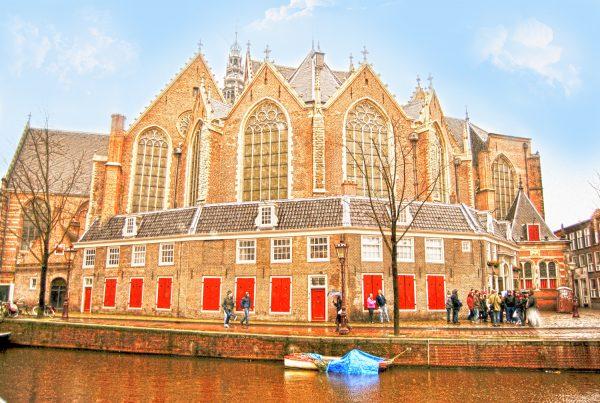 Здание церкви Ауде Керк на берегу канала
