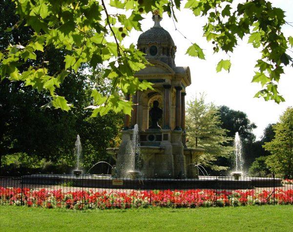 Бюст и фонтан врачу Самуилу Сарфати в парке Амстердама