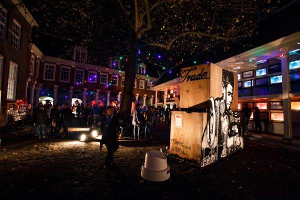 Люди посещают музей в ночное время в рамках мероприятия «Ночь музеев»