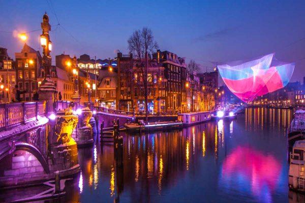 Световые эффекты на ночных улицах Амстердама