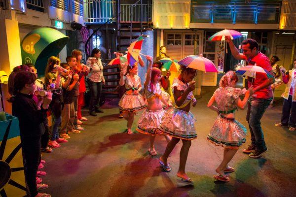 Дети танцуют с зонтиками
