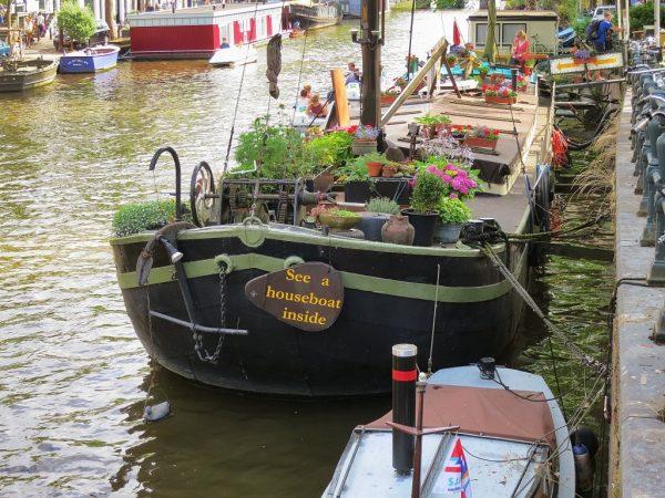 Лодки и баржи возле берега канала