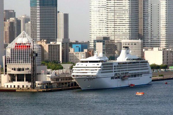 Пассажирский корабль в порту Харуми