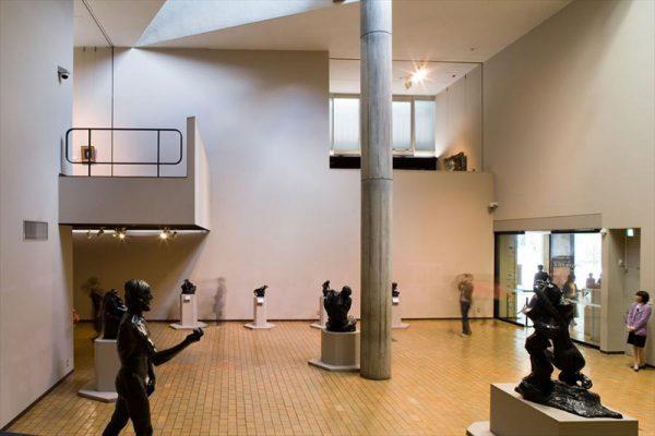 Экспонаты в зале музея современного искусства