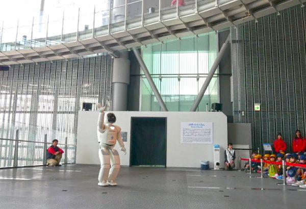 Дети смотрят выступление робота-гуманоида в музее науки и инноваций