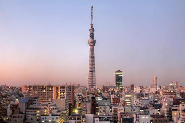 Телевизионная башня Скайтри на фоне небоскрёбов Токио
