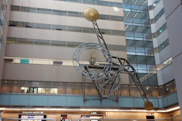 Маятниковые часы в здании небоскрёба