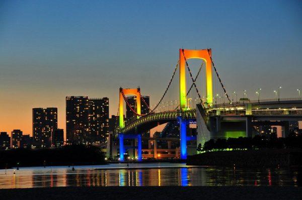 Мост с радужной подсветкой в Токио