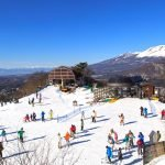Люди на вершине склона на горнолыжном курорте