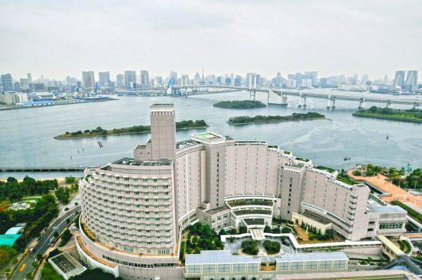 Современные здания на искусственном острове Одайба