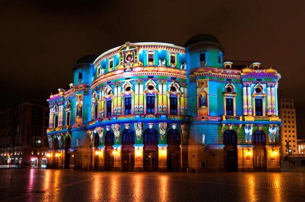 Здание театра Аррига при вечерней подсветке