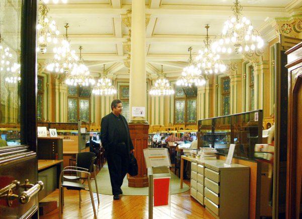 Мужчина в читальном зале библиотеки Бильбао