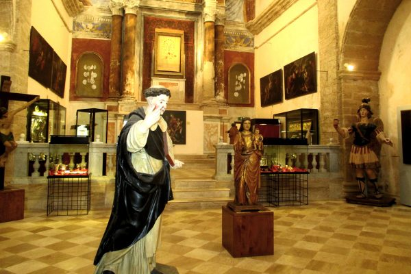 Скульптуры и церковные атрибуты в музее сакрального искусства