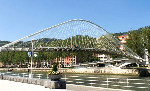 Пешеходный мост через реку