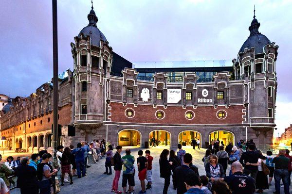 Люди перед зданием культурно-развлекательного центра Альондига