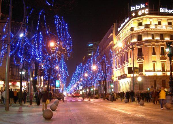Улица Бильбао вечером, украшенная иллюминацией