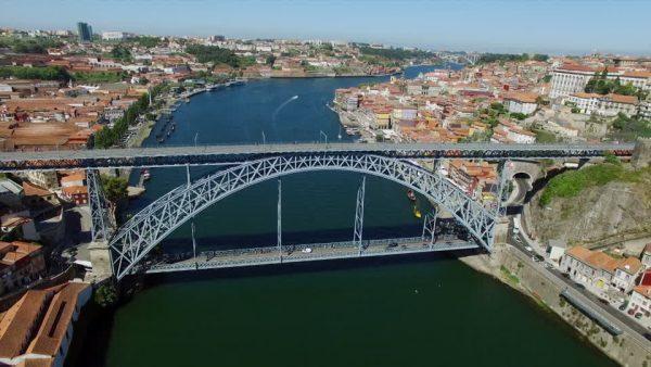 Вид на мост Луиша I в Порту сверху