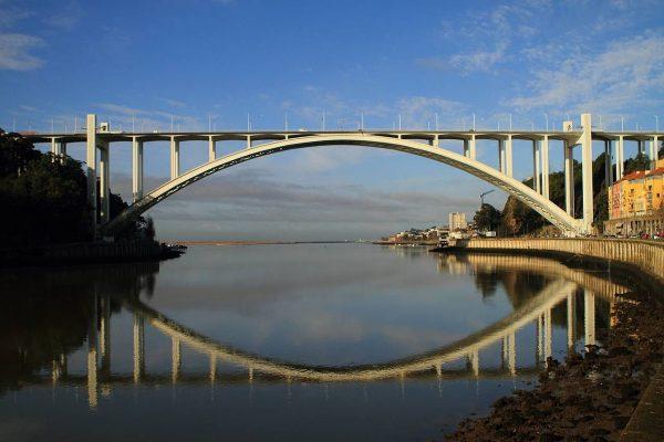 Вид на мост Аррабида в Порту