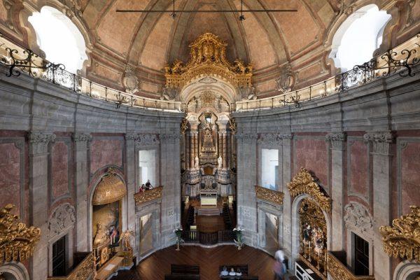 Интерьер церкви Клеригуш в Порту