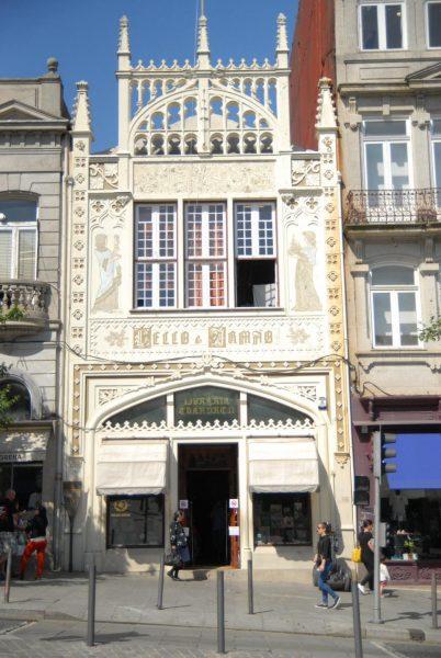 Вид на книжную лавку Livraria Lello в Порту