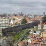 Вид на стену крепости Фернандина со стороны жилых домов