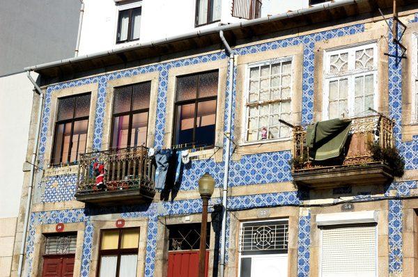 Фасад дома, украшенный азулежу