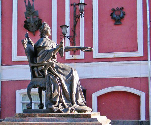 Памятник императрице Екатерине II в Вышнем Волочке
