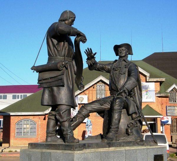 Памятник Петру I Великому и купцу Сердюкову в Вышнем Волочке