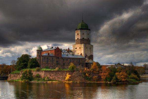 Выборгский замок осенью